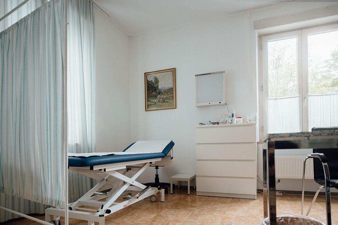 Internist München - Daadoush - Hausarzt und Naturheilverfahren - Praxis - Behandlungszimmer